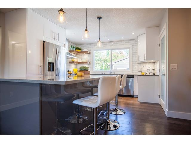 Large breakfast island with quartz countertops