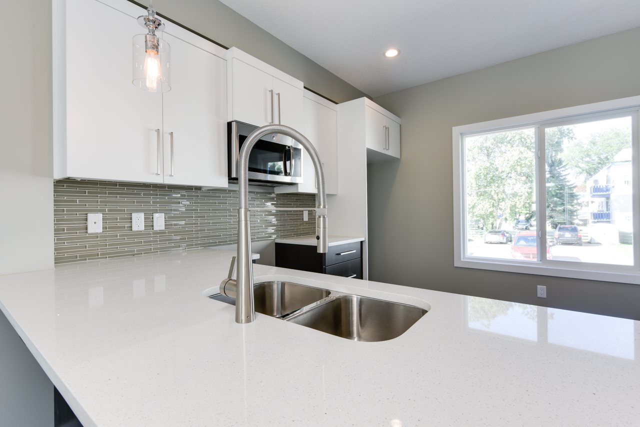 Main Photo:  in Edmonton: Zone 22 Townhouse for sale : MLS® # E4078232