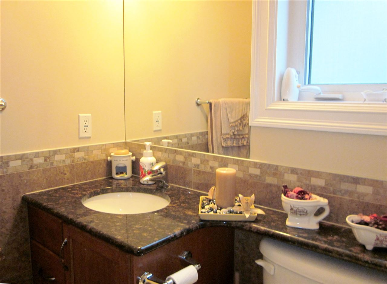 4 pcs full bath on the main floor w/granite vanity top.