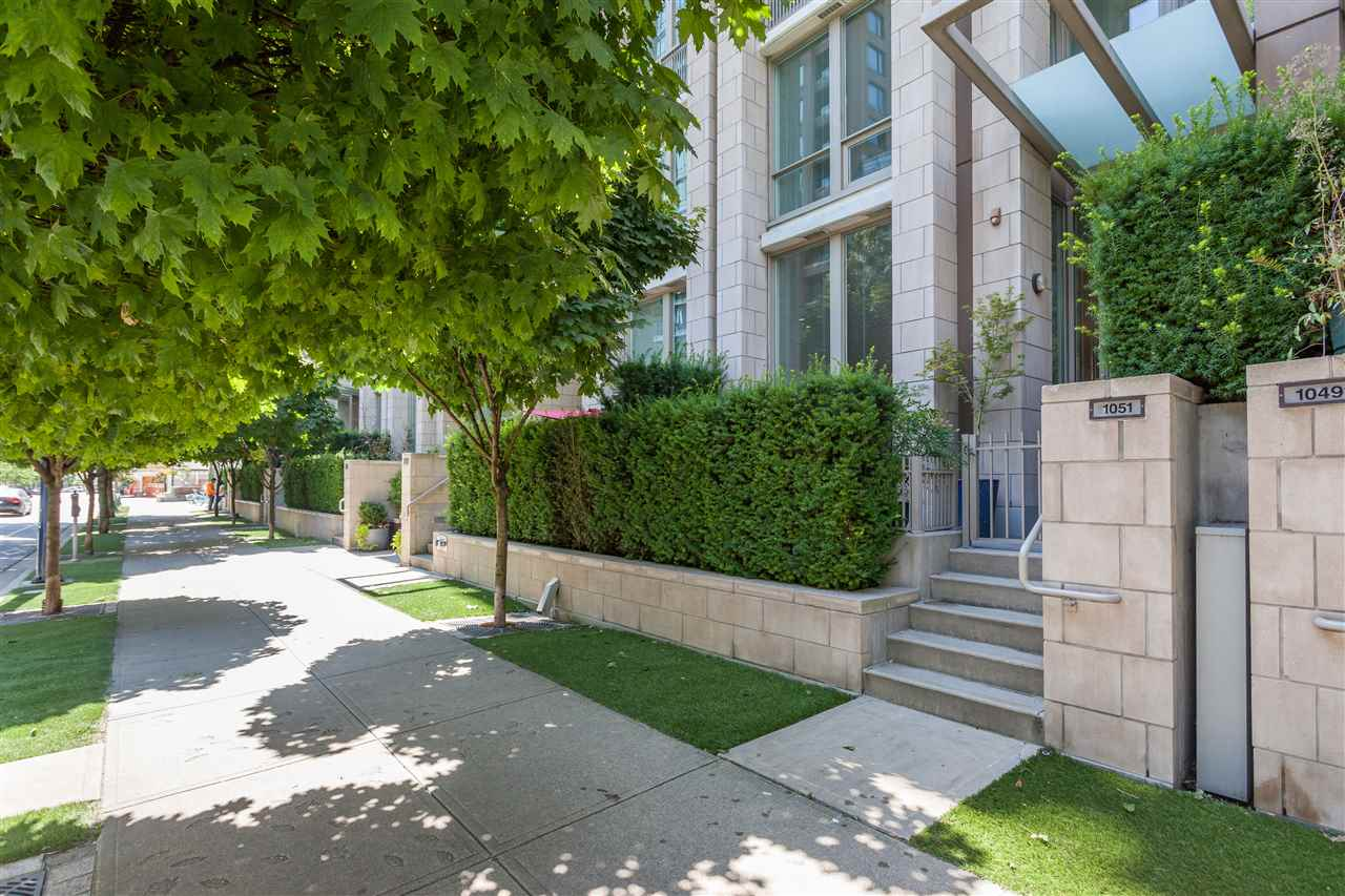 "Main Photo: 1051 RICHARDS Street in Vancouver: Downtown VW Townhouse for sale in ""DONOVAN"" (Vancouver West)  : MLS® # R2198101"