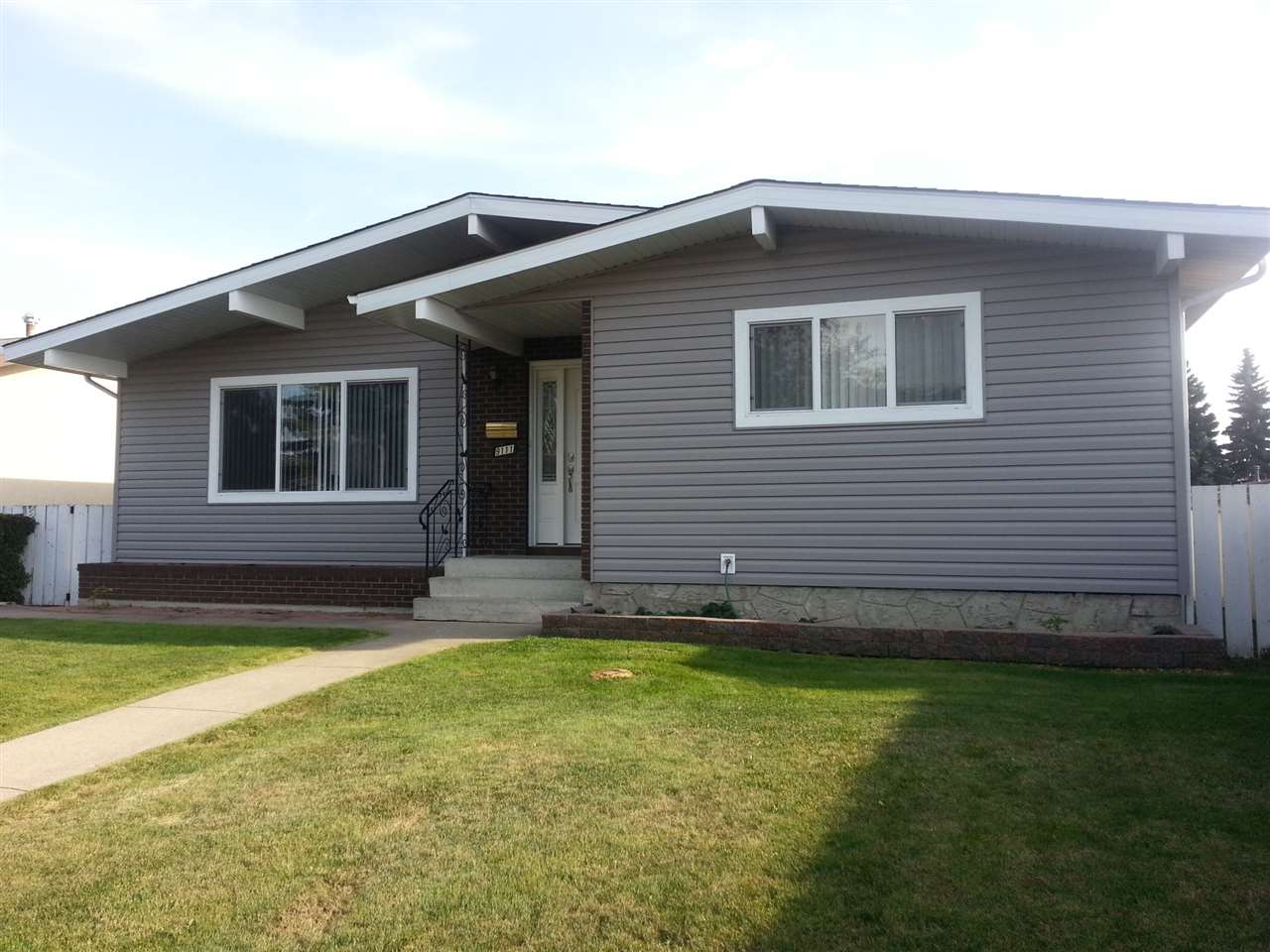 Main Photo: 9111 152 Avenue in Edmonton: Zone 02 House for sale : MLS® # E4078480