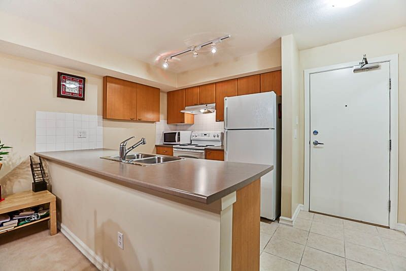"Photo 5: Photos: 313 10088 148 Street in Surrey: Guildford Condo for sale in ""BLOOMSBURY COURT"" (North Surrey)  : MLS® # R2233906"