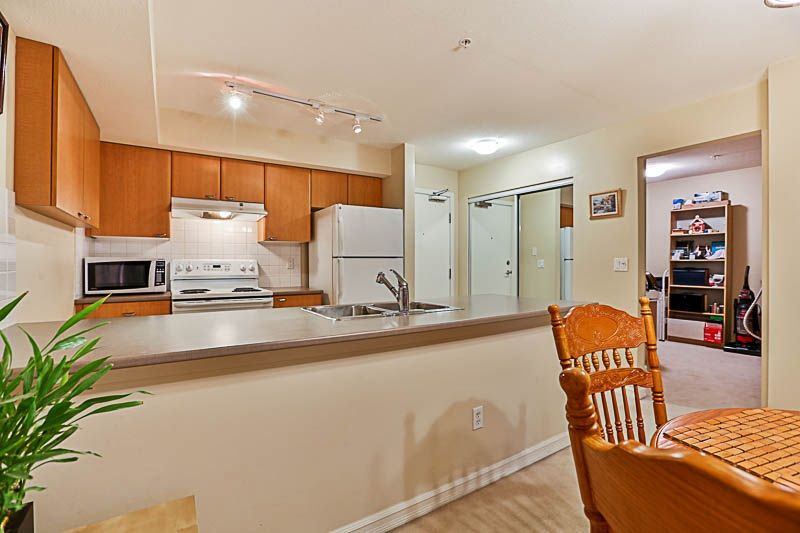 "Photo 6: Photos: 313 10088 148 Street in Surrey: Guildford Condo for sale in ""BLOOMSBURY COURT"" (North Surrey)  : MLS® # R2233906"