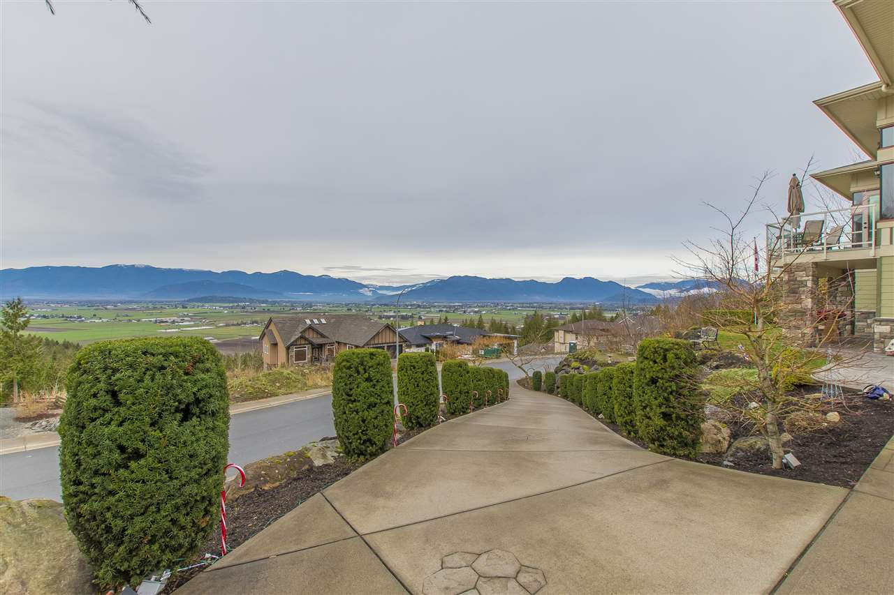 "Photo 3: Photos: 7288 MOUNT THURSTON Drive in Chilliwack: Eastern Hillsides House for sale in ""Elk Mountain Estates"" : MLS® # R2222225"