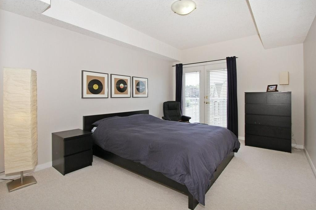 Master Bedroom: Spacious!