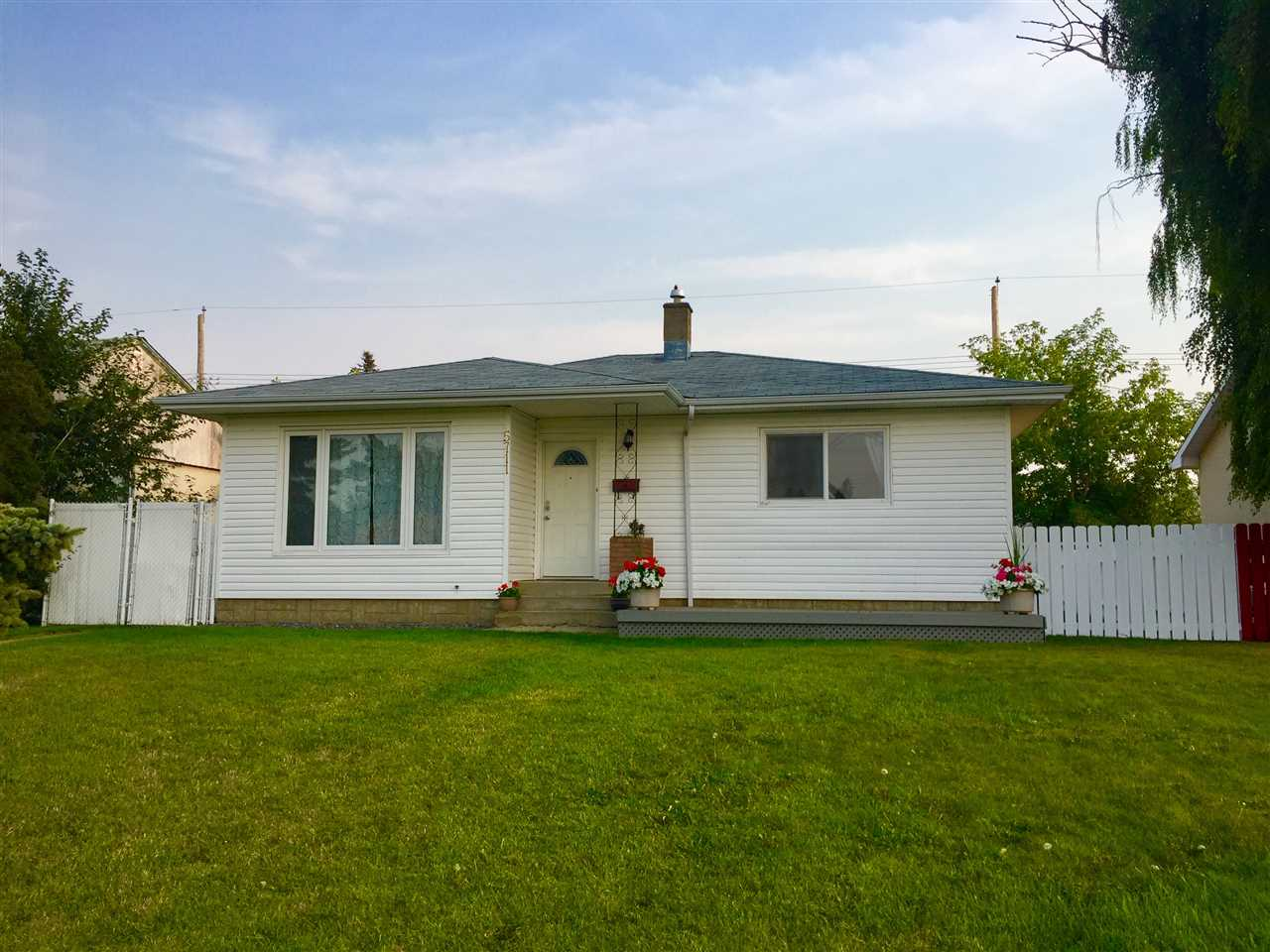 Main Photo: 5711 102A Avenue in Edmonton: Zone 19 House for sale : MLS® # E4075775