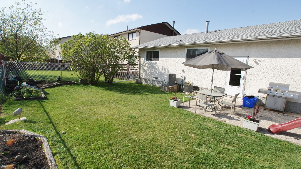 Photo 25: 122 Ashmore Drive in Winnipeg: Maples / Tyndall Park Residential for sale (North West Winnipeg)  : MLS® # 1208882