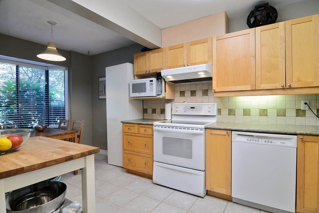 Photo 3: 28 1141 EAGLERIDGE Drive in Coquitlam: Eagle Ridge CQ Townhouse for sale : MLS(r) # R2103152