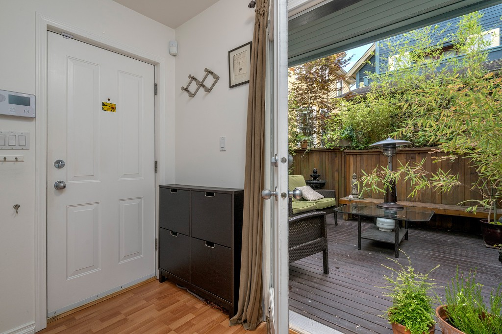 Photo 3: Photos: 849 KEEFER Street in Vancouver: Mount Pleasant VE Townhouse for sale (Vancouver East)  : MLS® # R2204383