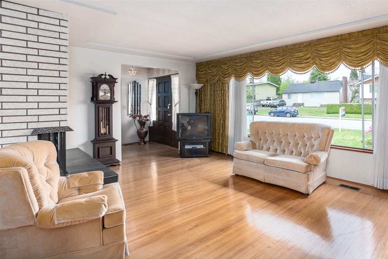 "Photo 3: 6690 WINCH Street in Burnaby: Parkcrest House for sale in ""PARKCREST"" (Burnaby North)  : MLS(r) # R2165264"