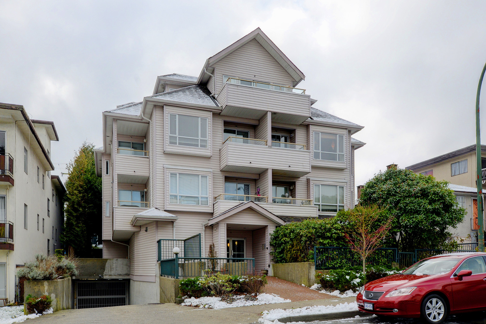 "Main Photo: 304 788 E 8TH Avenue in Vancouver: Mount Pleasant VE Condo for sale in ""Chelsea Court"" (Vancouver East)  : MLS®# R2240263"