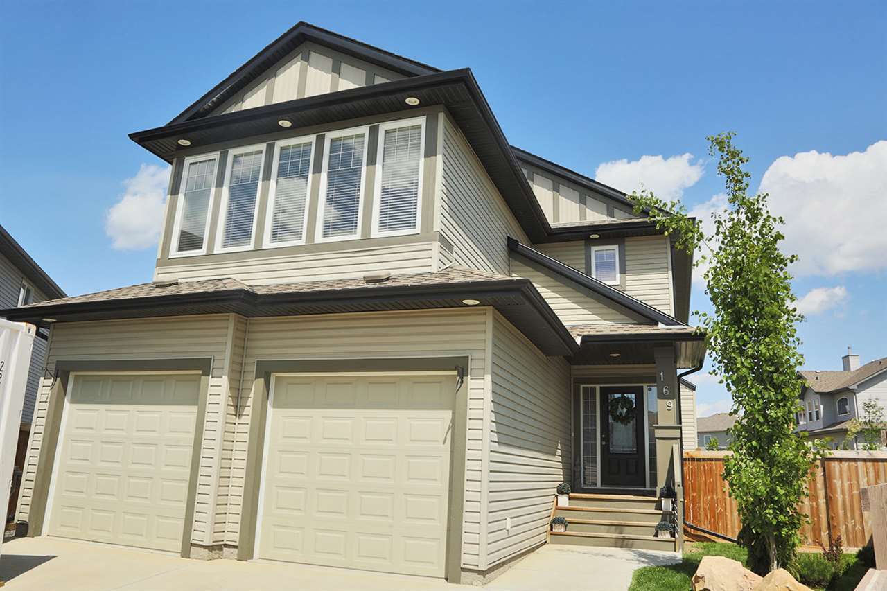 Brick & Vinyl 2-Storey that will impress from the moment you step foot in this DREAM HOME with HUGE fenced yard.
