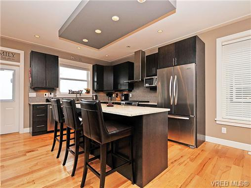 quality kitchen with island, gas range, maple floors