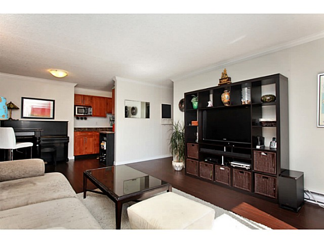 Photo 3: 303 2100 W 3RD Avenue in Vancouver: Kitsilano Condo for sale (Vancouver West)  : MLS(r) # V1053548