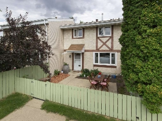Main Photo: 4B CALLINGWOOD Court in Edmonton: Zone 20 Townhouse for sale : MLS(r) # E4058037