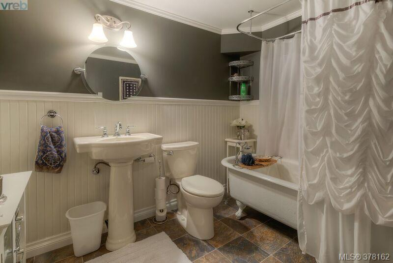 Lower Level Gorgeous 4 piece bathroom with claw foot tub/shower (not part of the suite)