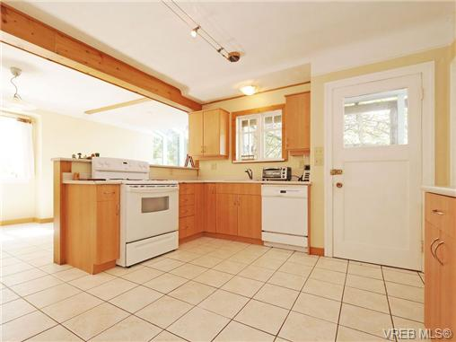 Photo 9: 2844 Wyndeatt Avenue in VICTORIA: SW Gorge Single Family Detached for sale (Saanich West)  : MLS(r) # 350335