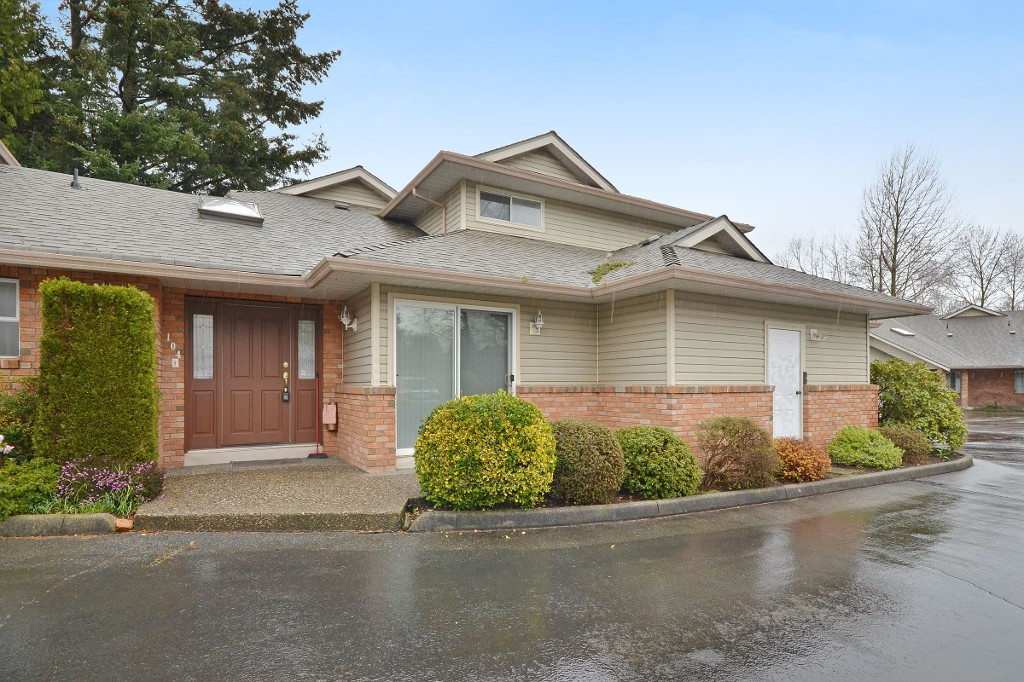 "Main Photo: 104 2513 W BOURQUIN Crescent in Abbotsford: Central Abbotsford Townhouse for sale in ""EDGEWATER PROPERTIES"" : MLS® # R2152841"
