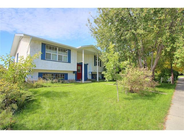 Main Photo: 155 QUEENSLAND Road SE in Calgary: Queensland House for sale : MLS(r) # C4031617