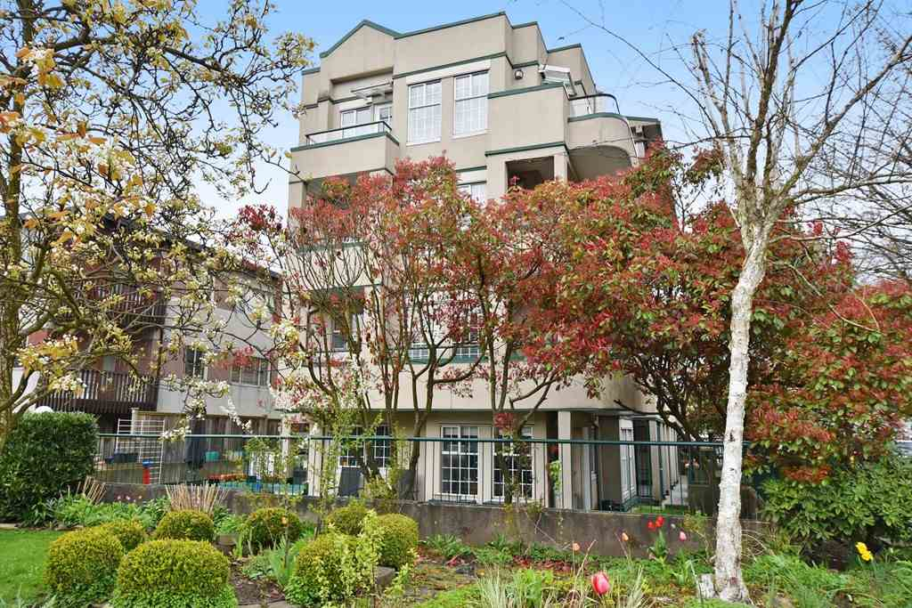 "Main Photo: 301 2091 VINE Street in Vancouver: Kitsilano Condo for sale in ""VINE GARDEN"" (Vancouver West)  : MLS(r) # R2158188"