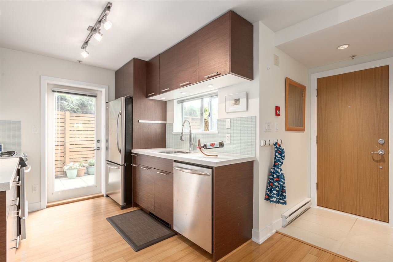 "Photo 4: 105 E 15TH Avenue in Vancouver: Mount Pleasant VE Townhouse for sale in ""QUEBEC CORNER"" (Vancouver East)  : MLS® # R2173751"