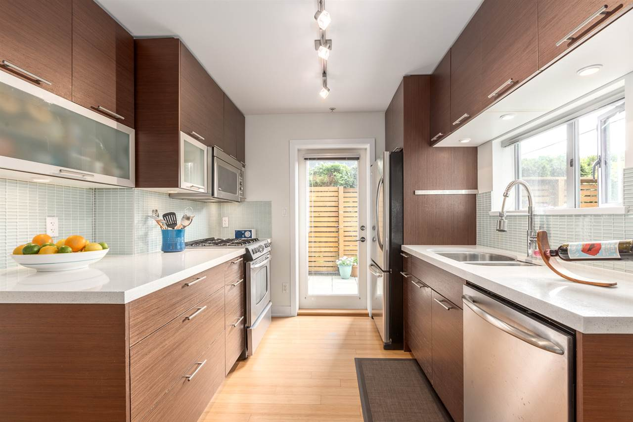 "Photo 3: 105 E 15TH Avenue in Vancouver: Mount Pleasant VE Townhouse for sale in ""QUEBEC CORNER"" (Vancouver East)  : MLS® # R2173751"
