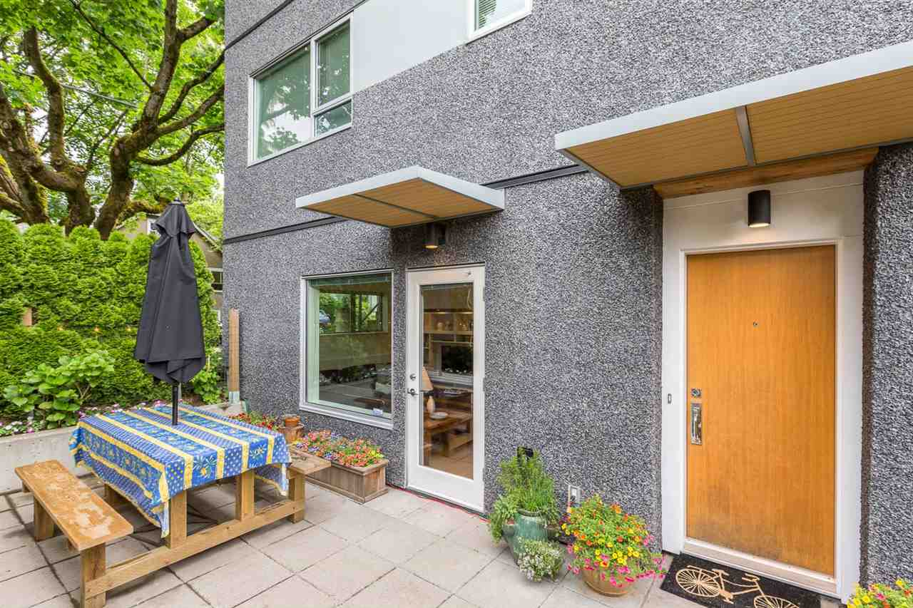 "Photo 2: 105 E 15TH Avenue in Vancouver: Mount Pleasant VE Townhouse for sale in ""QUEBEC CORNER"" (Vancouver East)  : MLS® # R2173751"