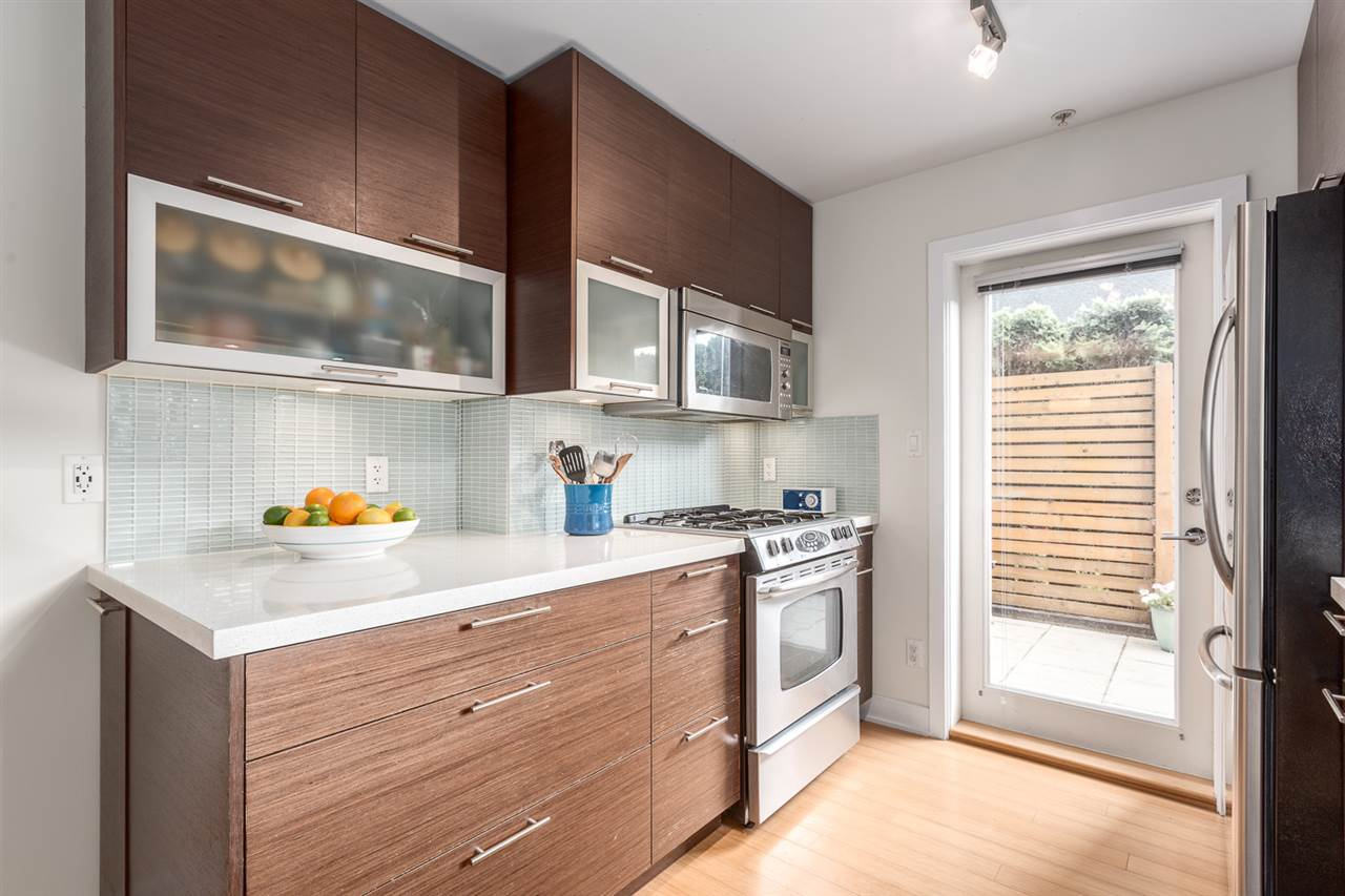 "Photo 5: 105 E 15TH Avenue in Vancouver: Mount Pleasant VE Townhouse for sale in ""QUEBEC CORNER"" (Vancouver East)  : MLS® # R2173751"
