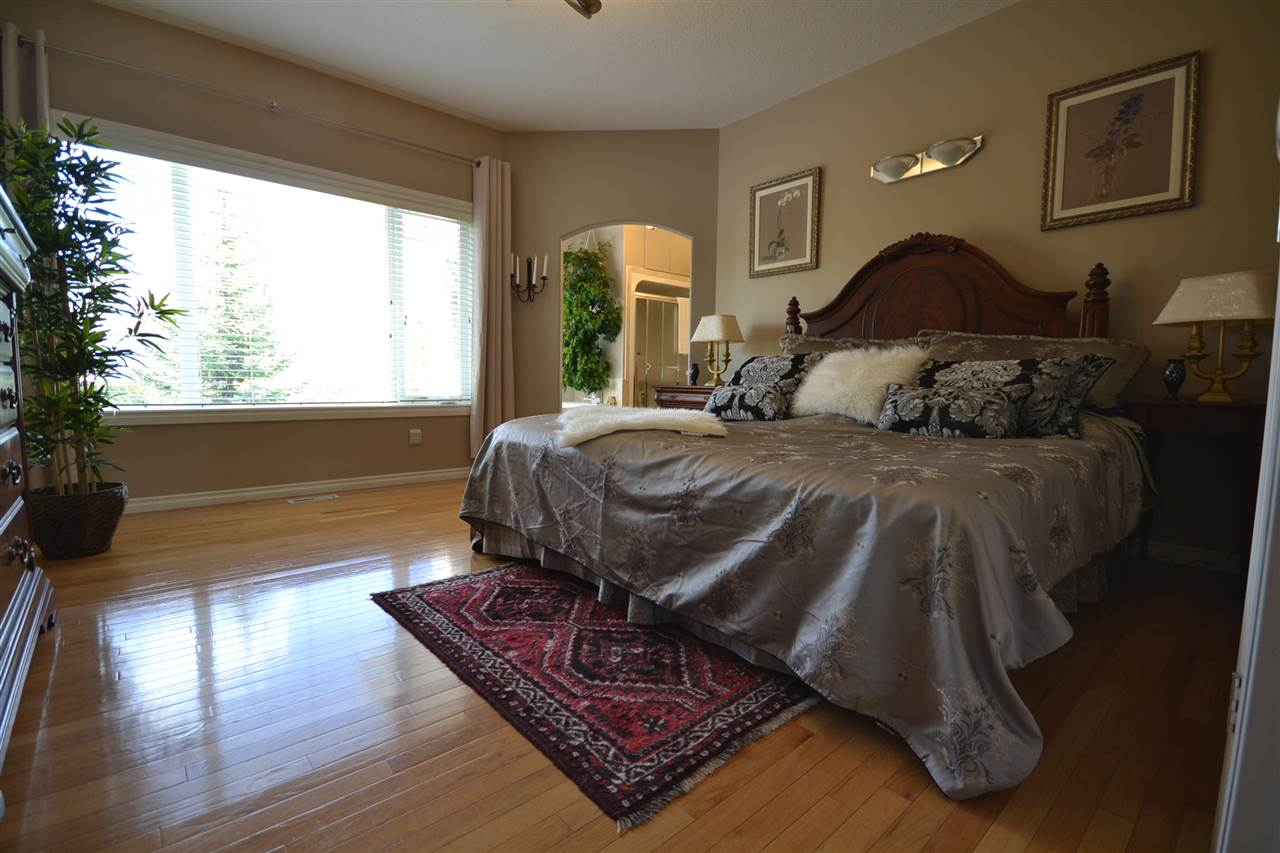 Gleaming hardwood, huge windows, beautiful view, walk-in closet and 5 pce. ensuite.