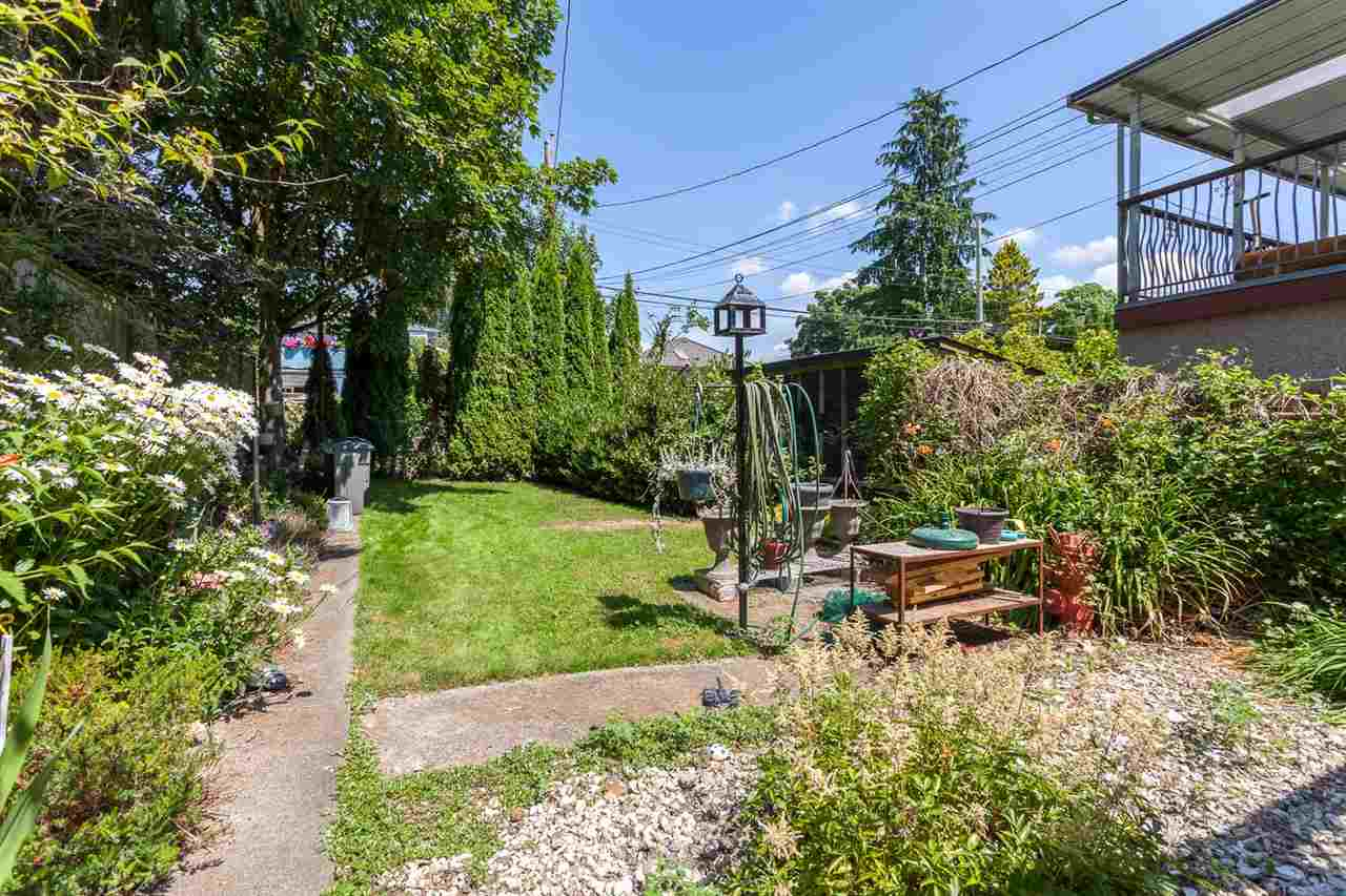 "Photo 18: 951 E 17TH Avenue in Vancouver: Fraser VE House for sale in ""CEDAR COTTAGE"" (Vancouver East)  : MLS® # R2205343"