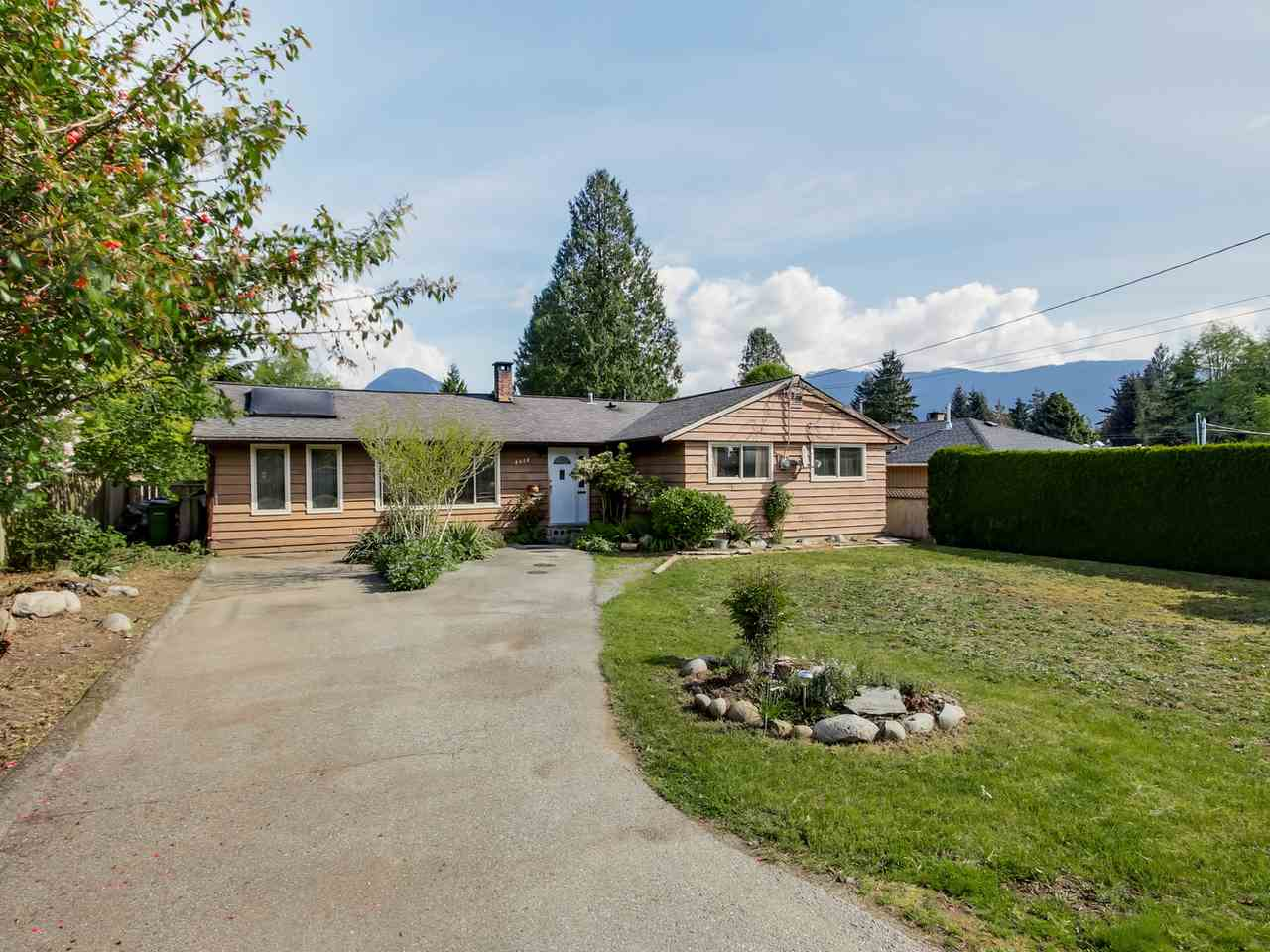 Photo 2: 2415 LAURALYNN Drive in North Vancouver: Westlynn House for sale : MLS(r) # R2062323