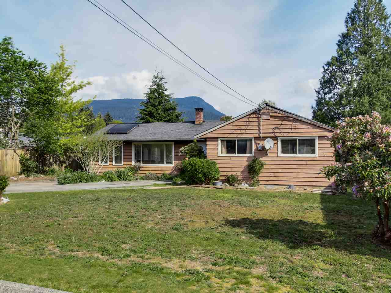 Main Photo: 2415 LAURALYNN Drive in North Vancouver: Westlynn House for sale : MLS(r) # R2062323