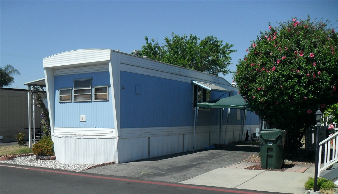 Photo 2: EAST ESCONDIDO Manufactured Home for sale : 1 bedrooms : 8 Paramount Street in Escondido