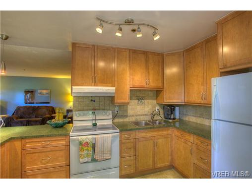 Photo 3: 8 949 Cloverdale Avenue in VICTORIA: SE Quadra Condo Apartment for sale (Saanich East)  : MLS(r) # 353688