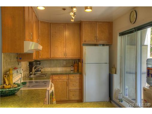 Photo 2: 8 949 Cloverdale Avenue in VICTORIA: SE Quadra Condo Apartment for sale (Saanich East)  : MLS(r) # 353688