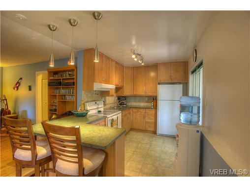 Main Photo: 8 949 Cloverdale Avenue in VICTORIA: SE Quadra Condo Apartment for sale (Saanich East)  : MLS(r) # 353688