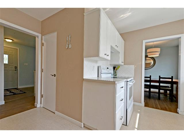 Photo 9: 6304 LACOMBE Way SW in Calgary: Lakeview House for sale : MLS® # C4020490