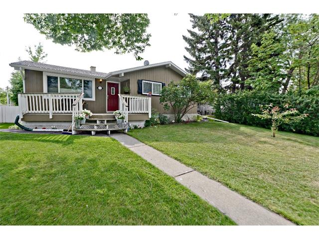 Photo 1: 6304 LACOMBE Way SW in Calgary: Lakeview House for sale : MLS® # C4020490