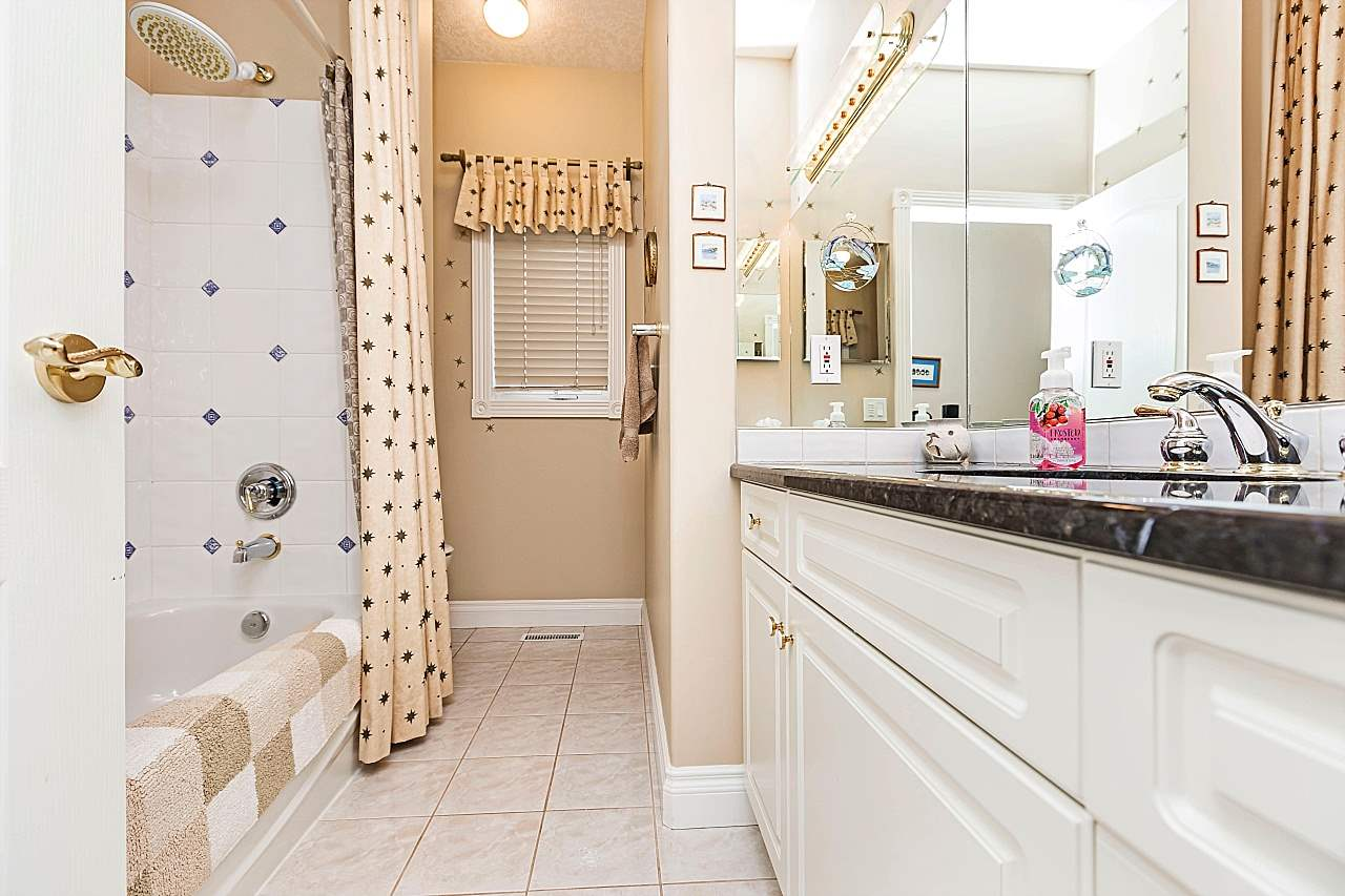Gorgeous 4 piece bath serves the 2 beds on the main floor.