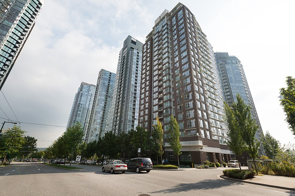 "Main Photo: 101 550 PACIFIC Street in Vancouver: Yaletown Condo for sale in ""AQUA AT THE PARK"" (Vancouver West)  : MLS®# R2135821"