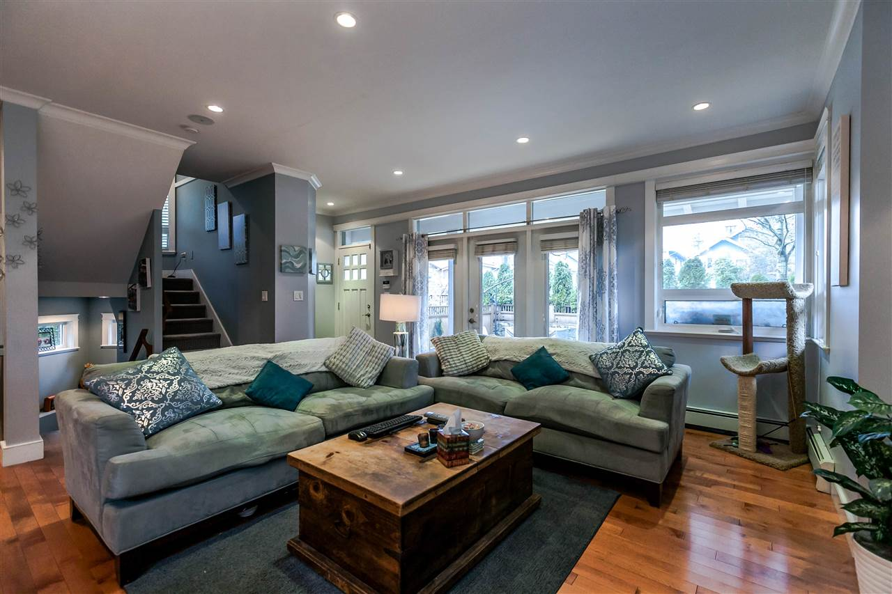 Photo 3: 225 E 17TH STREET in North Vancouver: Central Lonsdale Townhouse for sale : MLS® # R2156130