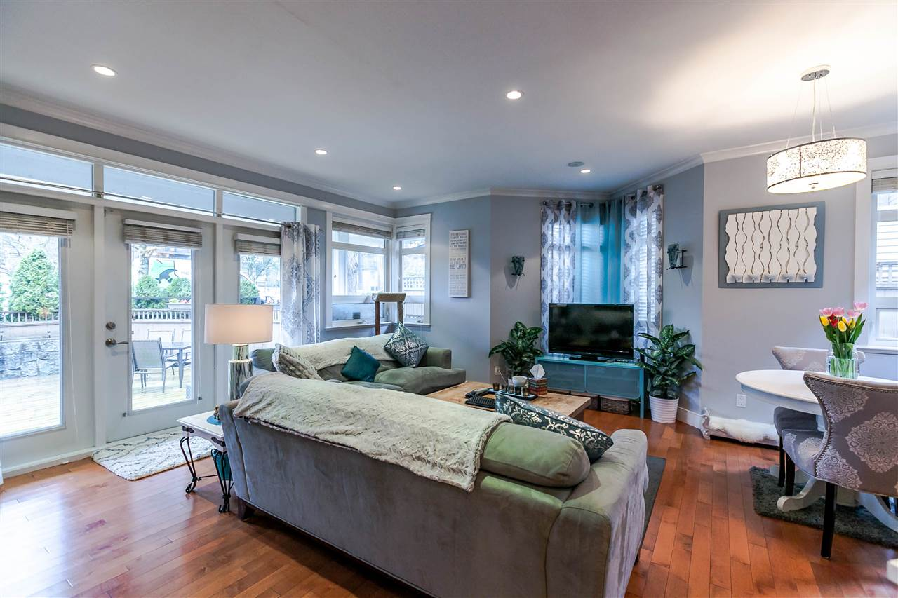 Photo 2: 225 E 17TH STREET in North Vancouver: Central Lonsdale Townhouse for sale : MLS® # R2156130