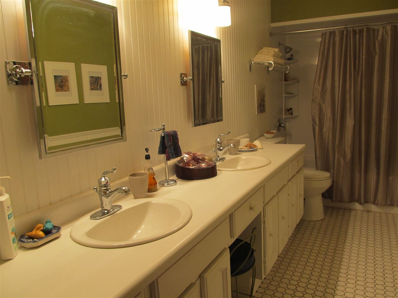 Nicely renovated 5 piece main bathroom