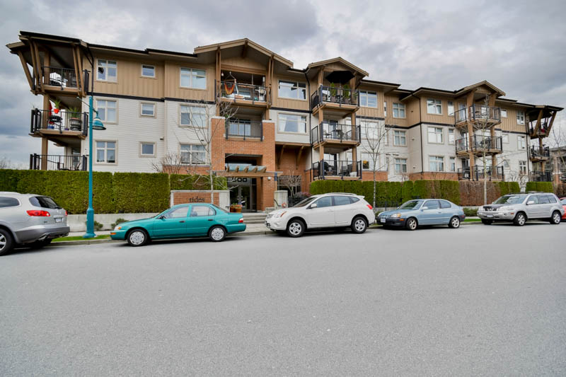 "Main Photo: 211 500 KLAHANIE Drive in Port Moody: Port Moody Centre Condo for sale in ""TIDES"" : MLS® # R2040671"