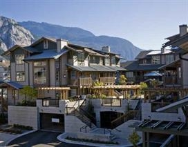 "Main Photo: 102 1174 WINGTIP Place in Squamish: Downtown SQ Condo for sale in ""TALON AT EAGLEWIND (CARRIAGE HOME)"" : MLS(r) # R2139321"