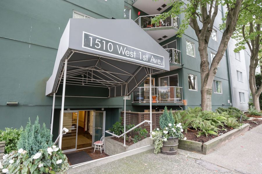 "Main Photo: 105 1510 W 1ST Avenue in Vancouver: False Creek Condo for sale in ""MARINER POINT"" (Vancouver West)  : MLS® # R2114672"