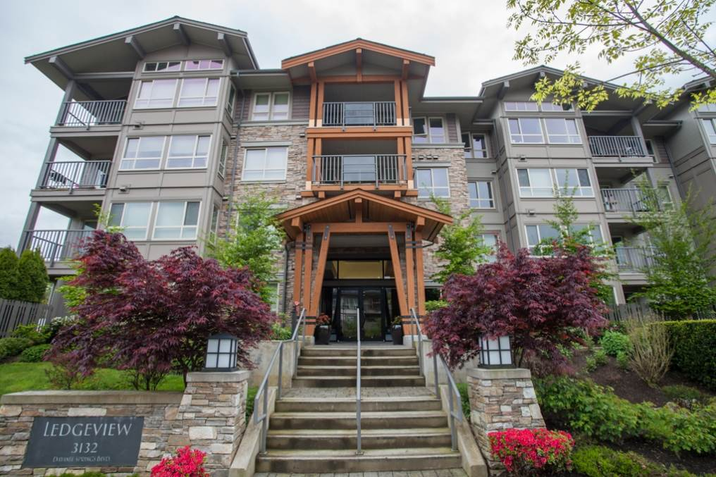 "Main Photo: 519 3132 DAYANEE SPRINGS Boulevard in Coquitlam: Westwood Plateau Condo for sale in ""LEDGEVIEW"" : MLS® # R2038972"