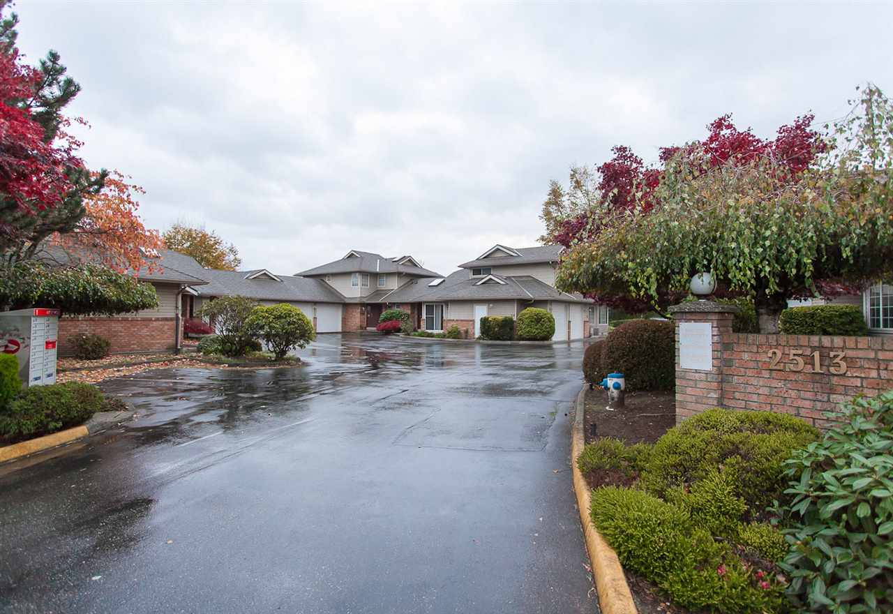 "Photo 2: Photos: 106 2513 W BOURQUIN Crescent in Abbotsford: Central Abbotsford Townhouse for sale in ""EDGEWATER PROPERTIES"" : MLS® # R2219031"