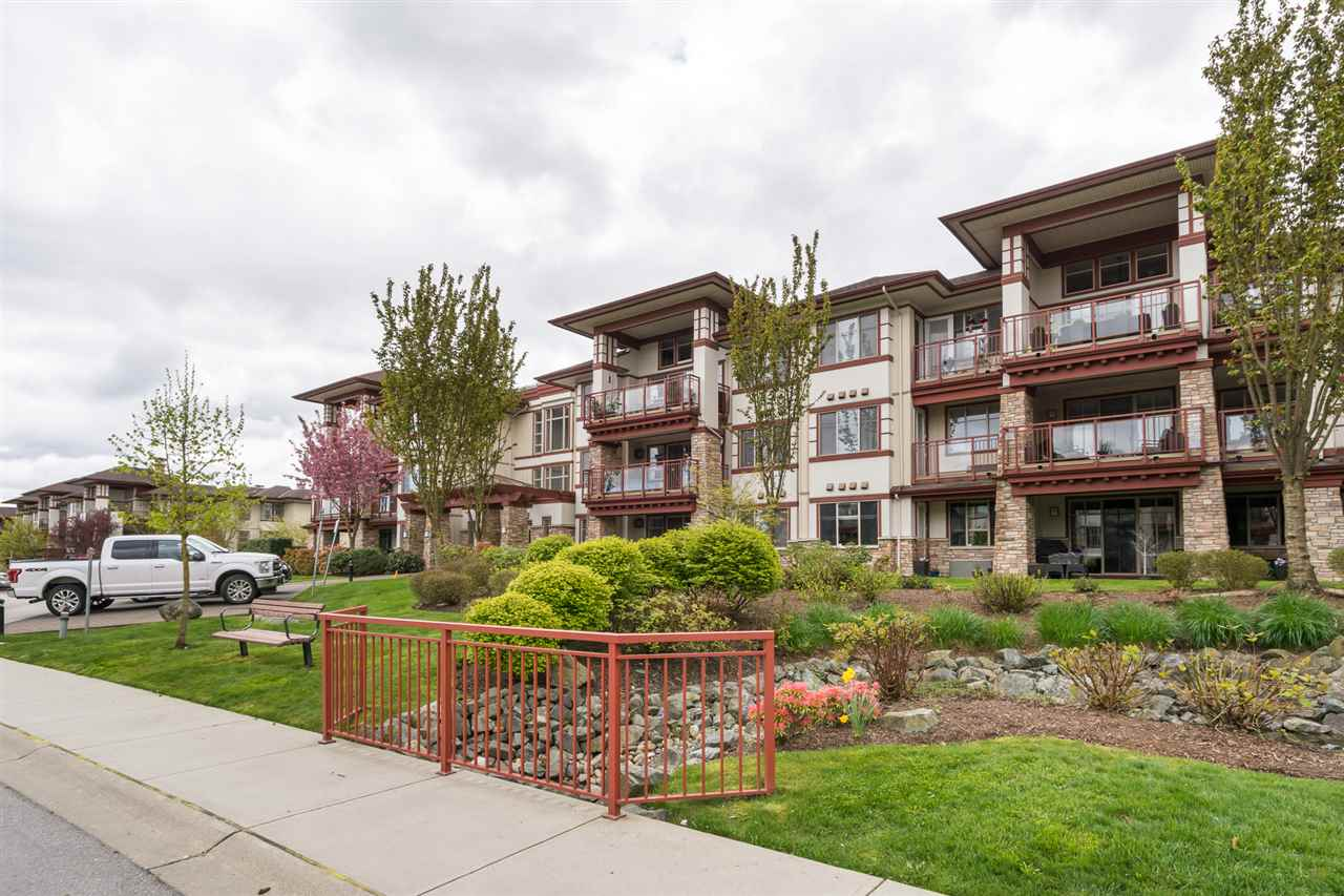 "Main Photo: 105 16447 64 Avenue in Surrey: Cloverdale BC Condo for sale in ""St. Andrew's"" (Cloverdale)  : MLS(r) # R2159820"