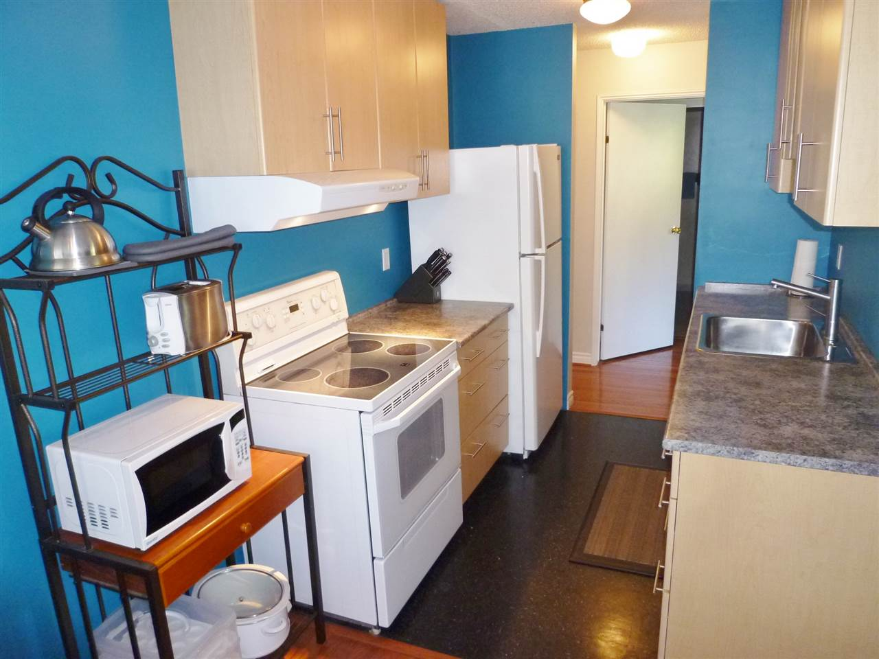 Photo 3: 402 1026 QUEENS Avenue in New Westminster: Uptown NW Condo for sale : MLS(r) # R2104067